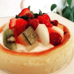 特注 ブロワのベイクドチーズケーキ 季節のフルーツ飾り